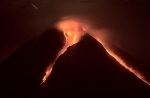 Pyroclastic-flow-at-night-2006-eruption-of-Merapi